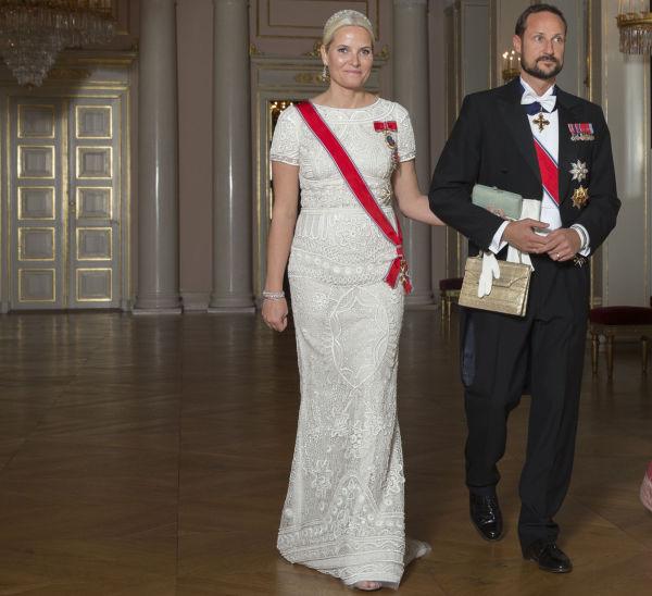 e3ff0bc0 GJENBRUK: Kronprinsesse Mette-Marit arm i arm med kronprins Haakon, i en  hvit