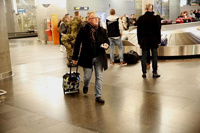 <p>PÅ REISEFOT: Her går Per Sandberg med sønnens koffert, tirsdag ettermiddag på Gardermoen. Han og familien skulle ha reist til Bali på lørdag, men turen er nå avbestilt.<br/></p>