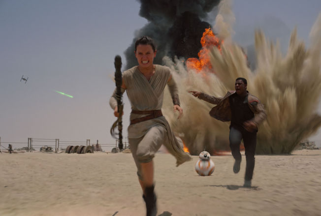 <p>NYE TIDER, nye helter: Daisy Ridley og John Boyega i en særdeles vital «Star Wars: The Force Awakens».</p>