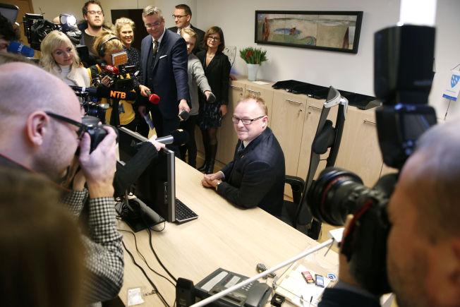 <p>PRØVDE MINISTERSTOLEN: Nyutnevnt fiskeriminister Per Sandberg prøvde kontorstolen på sitt nye kontor under nøkkeloverrekkelsen i Nærings- og fiskeridepartementet.</p>