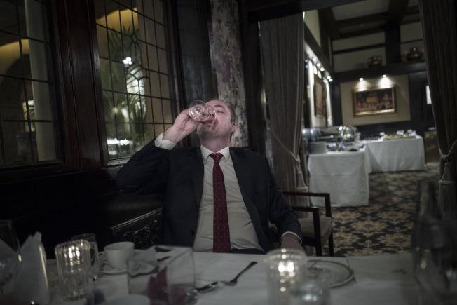 <p>SKÅL OG FARVEL: Han unte seg ett glass med hvitvin til julematen i går. – Jeg gleder meg til å komme hjem til familien, sier Eriksson.</p>