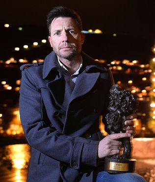PRISDRYSS: Varsleren Robin Schaefer (46) er årets navn i VG. Han mottok prisen på en folketom og mørklagt Festplass i Bergen.