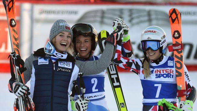 JUBEL-JENTE: Vinner Eva-Maria Brem (t.h.) sammen med Lara Gut (i midten) og Nina Løseth (t.h.) , som delte 2. plassen.