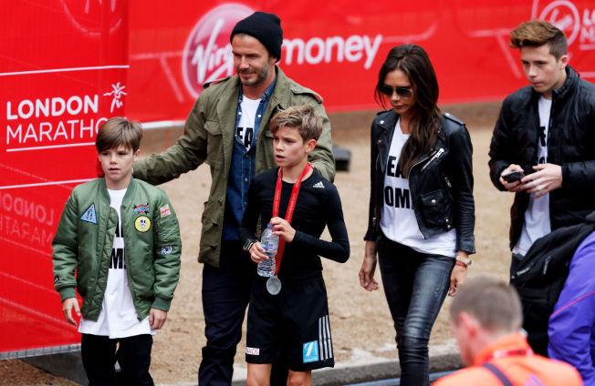 <p>THE BECKHAMS: David Beckham med sin kone Victoria og sønnene Romeo (fra venstre), Cruz og Brooklyn i april.</p>