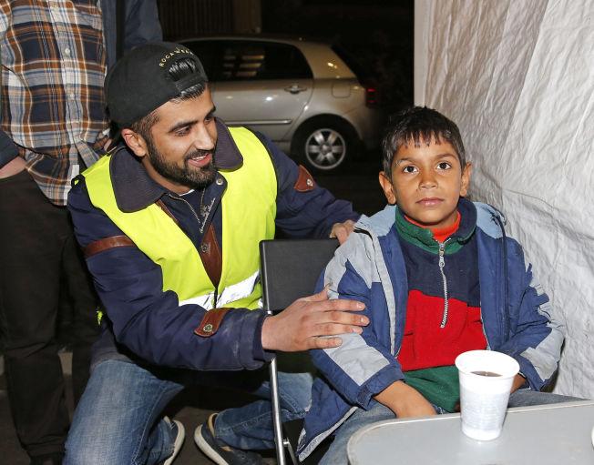 <p>Mohsan Raja på vakt hos flyktningene utenfor PU på Tøyen i Oslo. Foto:TROND SOLBERG/VG</p>