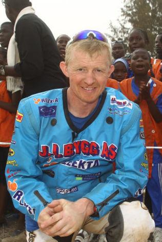 HOLDER KOKEN: 46 år gamle Pål Anders Ullevålseter kjører fortsatt konkurranser. Her er han avbildet i forbindelse med et skoleprosjekt i Dakar han samler inn penger til.