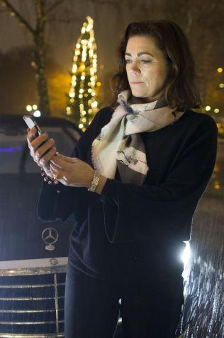 <p>BESTILLER: Kristin Skogen Lund tar en titt på Uber-appen på telefonen.</p>