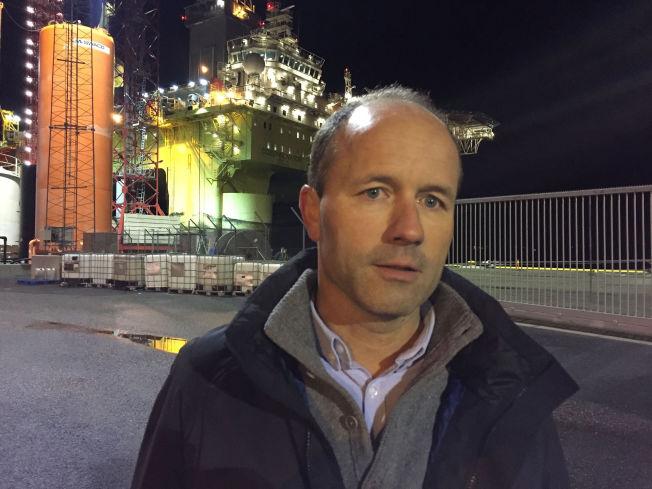 <p>TØFFE DAGER: Direktør Jørgen Arnesen i Cosl møtte pressen på Sotra utenfor Bergen fredag kveld. Riggen Cosl Innovator sees i bakgrunnen.</p>