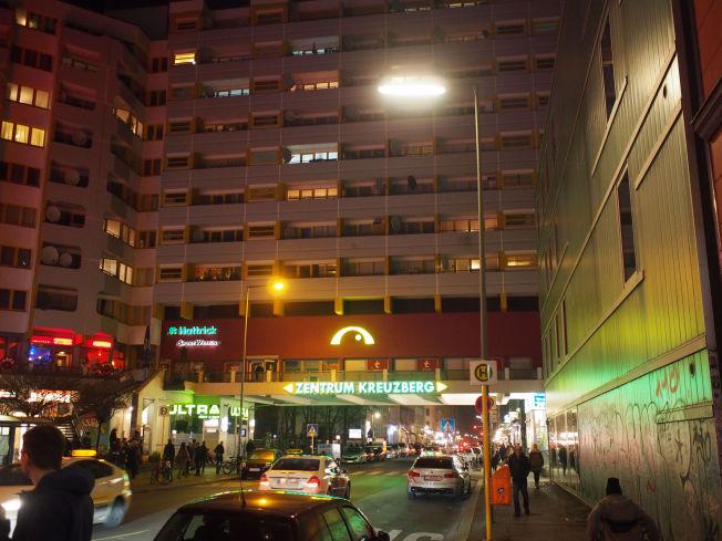 <p><i>ZENTRUM: Rundkjøringen på Kottbusser Tor har døgnåpent salg av grønnsaker, kebab og – narkotika. Men fra det slitne torget brer Kreuzberg-gatene seg utover med utesteder, restauranter, gallerier og butikker.</i></p>