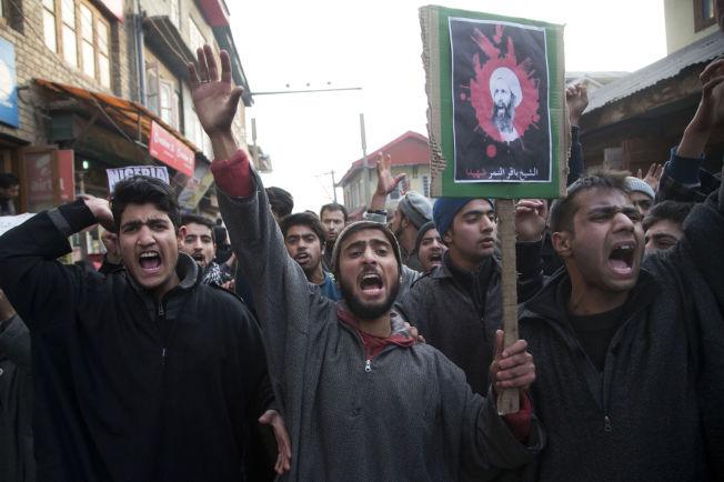 <p>DEMONSTRERER: Sjiamuslimer med en plakat av Nimr al-Nimr, roper slagord og protesterer i Srinagar i det indisk-kontrollerte Kashmir. Hundrevis av protestanter sa klart ifra hva de mente om henrettelsen av al-Nimr.<br/></p>