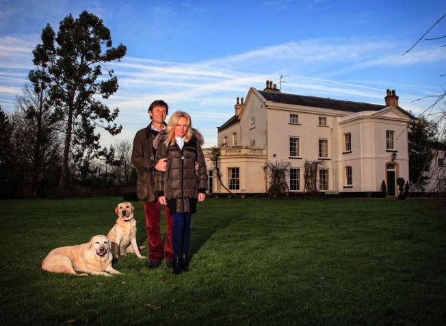 <p>HJEMME: Lucinda Riley, ektemannen Stephen Riley og familiens to firbente på eiendommen hjemme i Norfolk i England.</p>