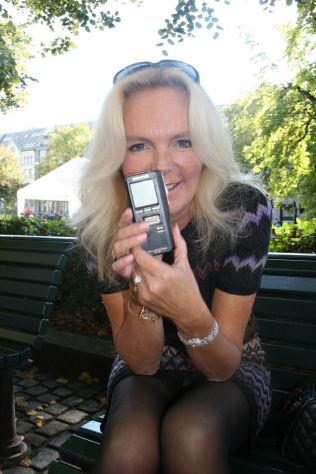 <p>DIKTAFON: Lucinda Riley, her i Oslo i fjor sommer, viser fram uunnværlige «Dick», diktafonen hun leser inn romanene på før hun skriver dem ut.</p> <p>Foto: CATHERINE G. IGHANIAN</p>
