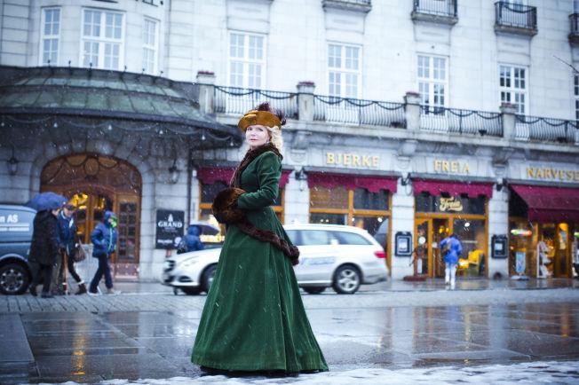 <p>ELSKER HISTORIE: Her har den historisk interesserte Lucinda Riley kledd seg ut som en av sine romanfigurer, på selveste Karl Johan.</p> <p>Foto: Astrid Waller</p>