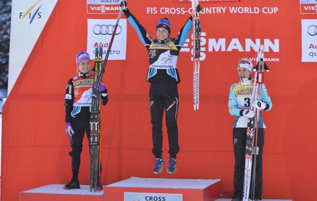 GLEDE: Ingvild Flugstad Østberg vant sitt første distanserenn noen gang. Her er hun flankert av Therese Johaug (venstre) og Heidi Weng (høyre) etter jaktstarten.