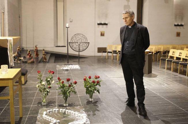 <p>LYS OG ROSER: Prest i Lommedalen kirke i Bærum, Knut Grønvik, holdt i søndagens minnestund for den 13 år gamle jenta som torsdag ble funnet død.</p>