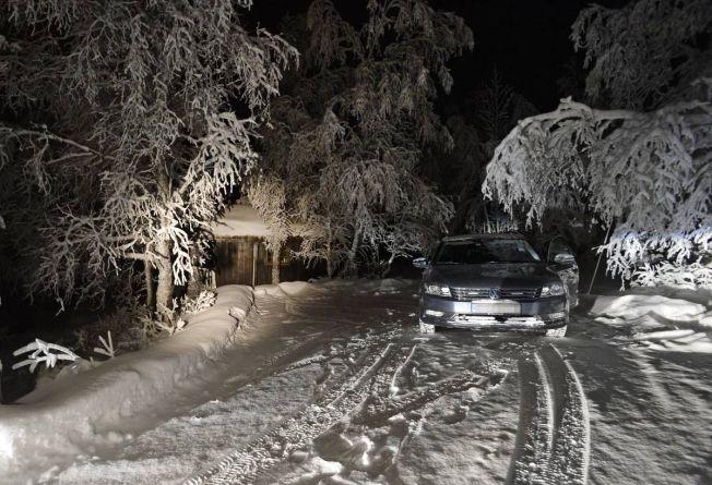 <p>VOKTER ÅSTEDET: En sivil politibil sto søndag kveld parkert på hyttetunet hvor den 13 år gamle jenta ble erklært død på nyttårsaften.</p>