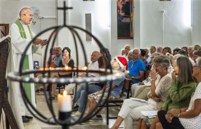 <p>FULLE HUS: Sjømannsprest Torbjørn Brøske taler til full kirke i Arguinneguin på Gran Canaria. Om vinteren må Sjømannskirken låne den store katolske kirken for å få plass til alle som vil være med på søndagsgudstjeneste.<br/></p>
