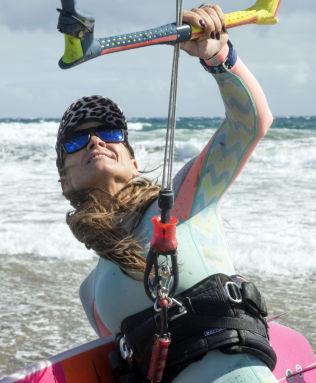<p>VIND OG BØLGER: Terese Utsetø elsker kiting og surfing. Her med brettet hun har designet selv, på vei ut i bølgene ved tuppen av Maspalomas på Gran Canaria.<br/></p>