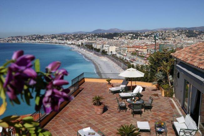 <p>SO NICE: Litt opp i høyden får man god utsikt over Promenades des Anglais i Nice.</p>