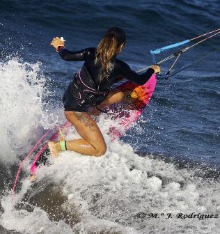 <p>DYKTIG: Teresa surfer på et brett uten fotstropper. Foto: M. J. Rodríguez.</p>