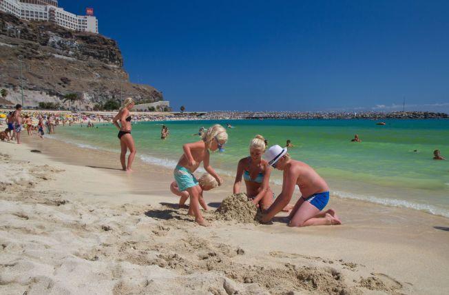 <p>STRANDLIV ÅRET RUNDT: Amadoresstranden på Gran Canaria har fin my sand som egner seg til lek og kos.<br/></p>