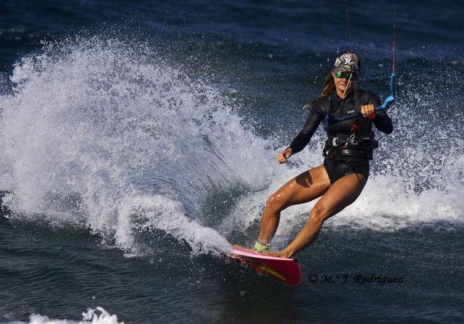 <p>ENTUSIAST: Teresa Utsetø kiter og surfer året rundt på Kanariøyene. Foto: M. J. Rodríguez.</p>