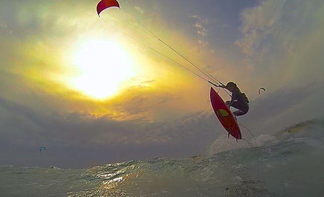 <p>KITE-ELDORADO: Teresa Utsetø hopper i bølgene med et brett som ikke er stroppet fast i føttene.Foto: OLE LIE<br/></p>