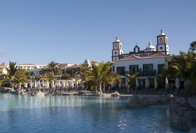 <p><br/> DET GODE LIV: Lopesan Villa del Conde Resort And Thalasso i Meloneras er et av luksushotellene som også er tilgjengelig gjennom norske turoperatører. Her på Piano Plaza.<br/></p>