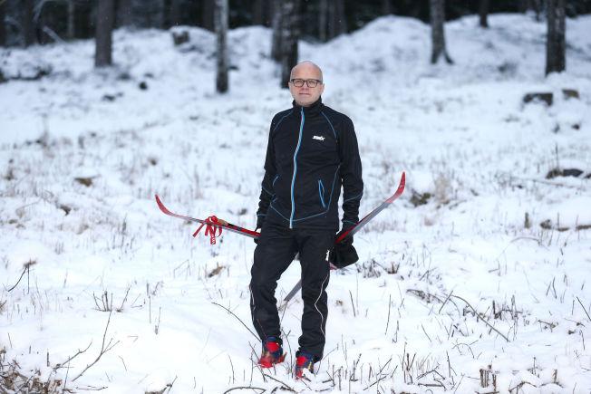 <p>SNØFATTIG: Klima- og miljøminister Vidar Helgesen ville ikke ofre skiene for en skitur i Oslo-Marka fra hovedutfartsstedet Sognsvann mandag.</p>