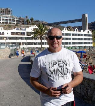<p>BYGGET OM: Direktør Angel Hernandès foran hotellet som nylig er bygget om fra enstjerners til firestjerners i Playa del Cura på Gran Canaria.<br/></p>