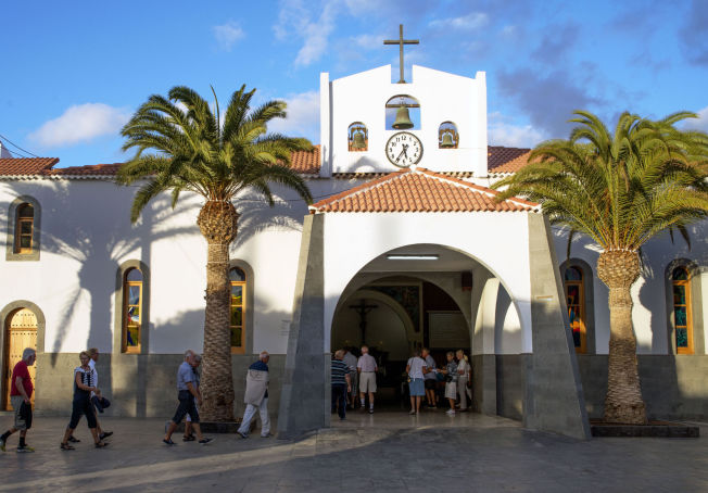 <p>LÅNT HUS: Når klokken nærmer seg 18,00 på søndag stremmer nordmenn til den katolske kirken i Arguinneguin.<br/></p>