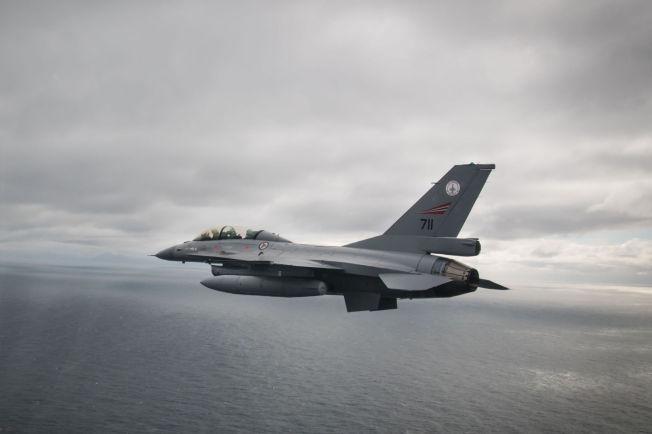 I LUFTA: F-16 på tokt langs norskekysten.