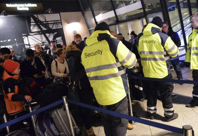 FULL STOPP: ID-kort med bilde kreves av alle som vil ta toget fra Kastrup i retning Sverige. Det danske jernbaneselskapet risikerer store bøter om noen slippes igjennom uten gyldig ID.