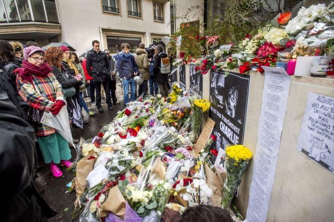 <p>ETTER ANGREPET: Gaten utenfor satiremagasinet Charlie Hedbos lokaler var fylt av blomster i dagene etter terroren.</p>