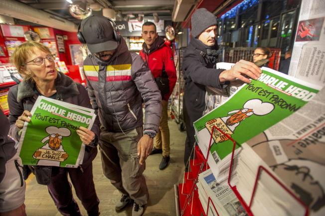 <p>STORT SALG: Det første nummeret av satiremagasinet Charlie Hebdo i 2015 ble på togstasjonen Gare du Nord utsolgt på fem minutter.</p>