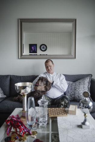 <p>ALLE NM-TROFEER: Her er Stein Bjørnsen sammen med trofeene han har fått etter fem NM-titler i fire ulike idretter.</p>