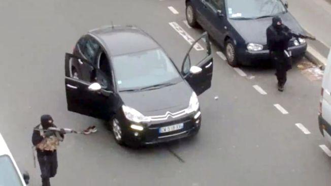 ANGREP: 7. januar 2015 gikk terrorister til angrep på redaksjonslokalet til det franske satiremagasinet Charlie Hebdo. 12 personer ble drept. Nøyaktig et år etter gir Vebjørn Selbekk ut sin siste bok.