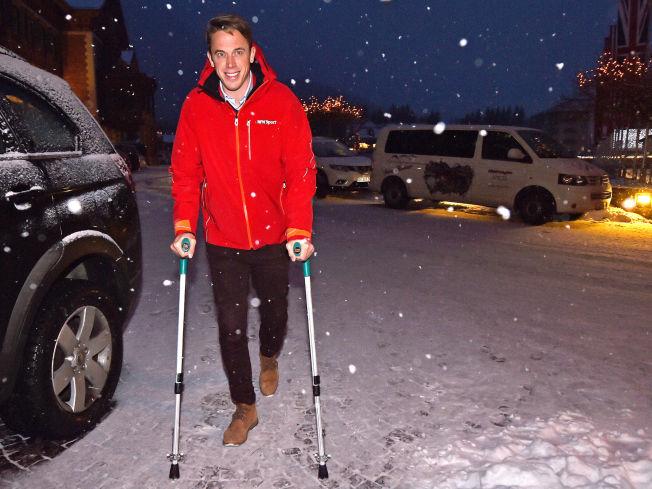 <p>PÅ SIDELINJEN: Fredrik Aukland har som en del av jobben som ekspertkommentator i Tour de Ski pleid å teste løypen utøverne skal gå. Nå må han gå på krykker den neste tiden.</p>