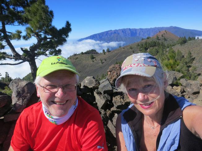<p>FOTTUR-FORFATTERNE: Anita og Birger Løvland har skrevet bøker om fotturer på de ulike Kanariøyene. Her er de på den såkalte vulkanruten på La Palma, med 2426 m høye Roque de los Muchachos i bakgrunnen. Foto: PRIVAT</p>