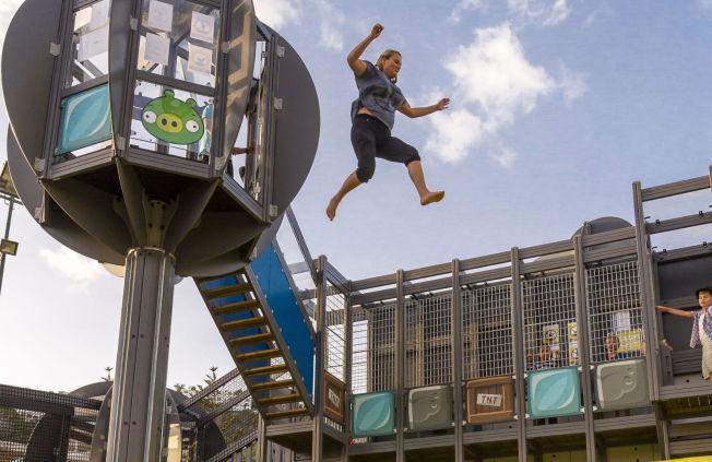 <p>ANGRY BIRDS PARK: Høydepunktet for de største er å hoppe fra tårnet og lande på luftputemadrassen.</p>