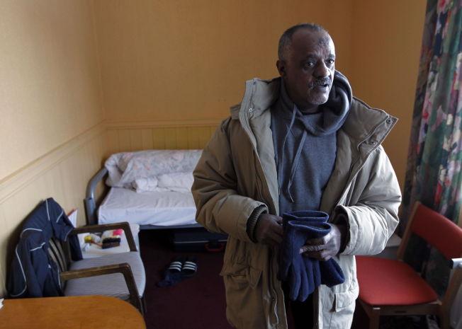 <p>HAR KJEMPET: Yemane Teferi rakk å bo nesten 24 år på asylmottak. Her på rommet sitt i mottaket i Jølster i 2012.</p>
