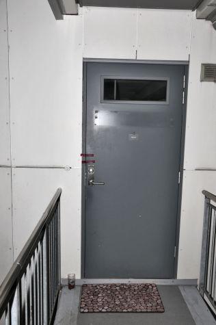 <p>BODDE HER: Drapssiktede bodde sammen med en jevnaldrende mann i en leilighet i denne boligblokken på St. Hanshaugen. I avhør har vennen uttrykt bekymring for siktedes psykiske helse.</p>