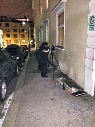 <p>FANT MOBIL: Bare noen timer etter pågripelsen mandag ettermiddag, viste 24-åringen hvor mobilen til den drepte kvinnen lå skjult – under en rist ved St. Hanshaugen senter.</p>