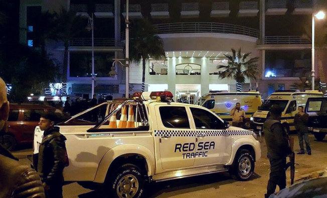 <p>DRAMA: Egyptiske sikkerhetsstyrker utenfor Bella Vista Hotel i Hurghada etter angrepet.<br/></p>