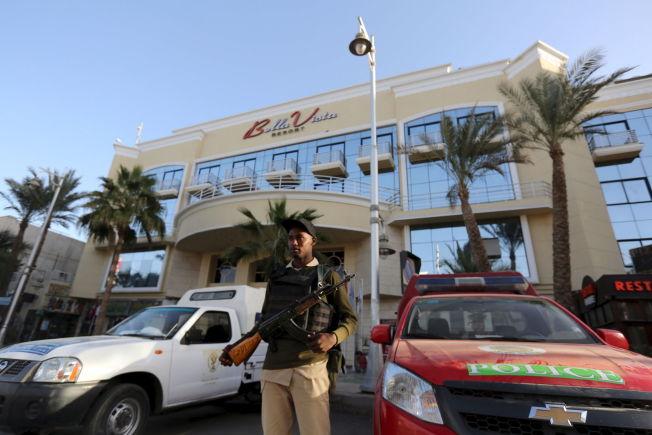 VAKTHOLD: Lørdag morgen er væpnede vakter plassert utenfor Bella Vista-hotellet i Hurghada.