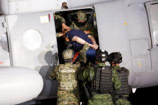 <p>PRESENTERT: «El Chapo» ble vist frem for media i Mecixo City før han ble fraktet til et fengsel med helikopter fredag.</p>