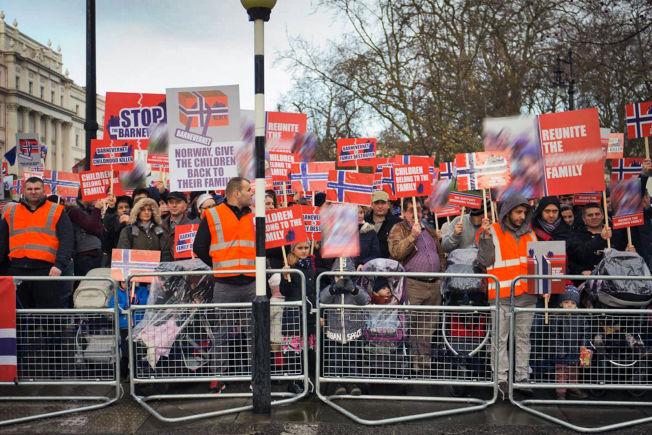 <p>«STOP BARNEVERNET»: Flere hundre mennesker stilte med bannere og plakater i London.</p>