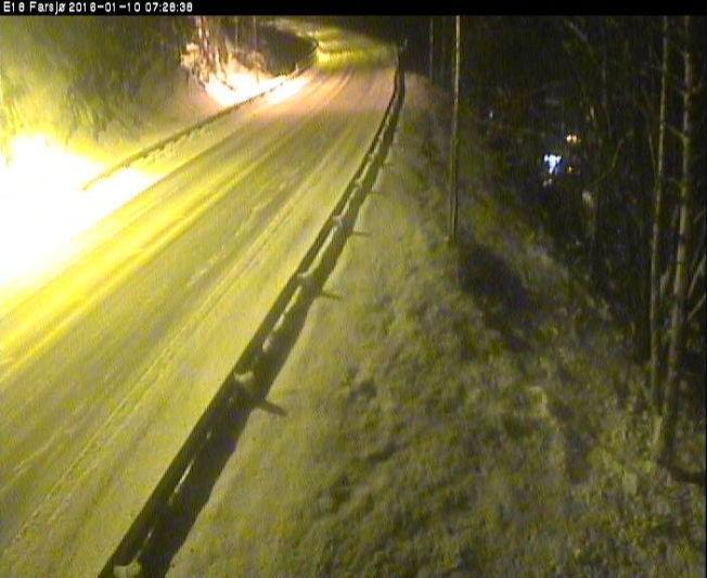 <p>GLATT: Slik så det ut på E18 ved Farsjø søndag morgen. Det er ventet store snømengder i Agder-fylkene iløpet av dagen.<br/></p>