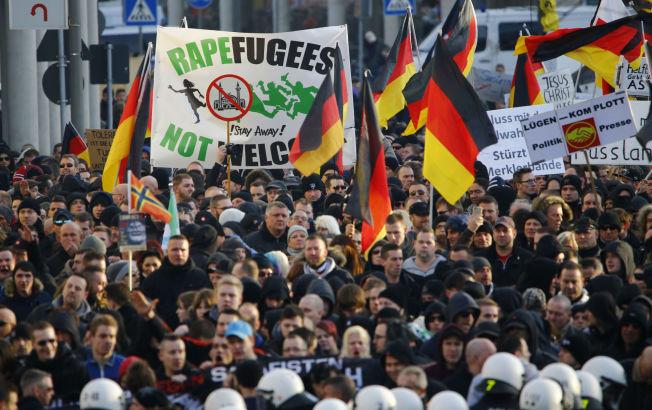 <p>DEMONSTRASJONER:Flere tusen mennesker deltok i demonstrasjonene i Köln lørdag.</p>