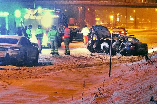 <p>VILLE BARE HJELPE: Bilen som 16-åringen skulle hente jakken fra er den mørke bilen bak i bildet. Bilen med skader er den som skal ha truffet gutten.</p>